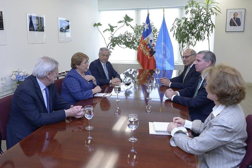 La presidenta de Chile durante una reunión con el agente chileno ante La Haya, Felipe Bulnes. (Foto Prensa Libre: EFE).