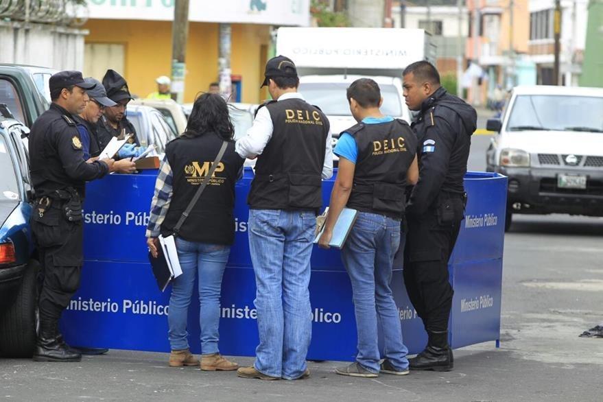 Peritos del Ministerio Público trabajan la escena donde un hombre murió en la zona 16. (Foto Prensa Libre: Carlos Hernández)