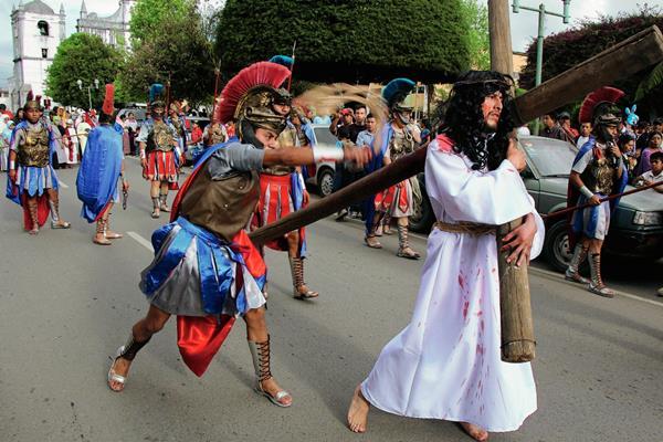 El grupo Centuria Romana de Cobán escenificó La Pasión en calles de Cobán. (Foto Prensa Libre: Eduardo Sam)