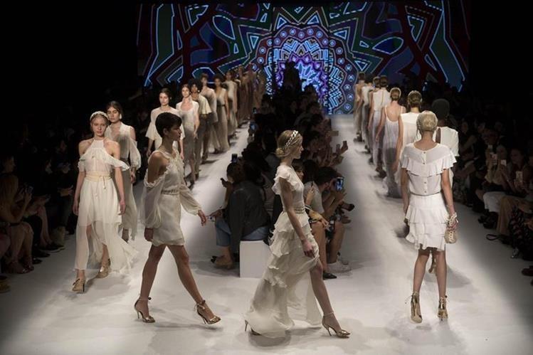 Modelos lucen prendas de la firma Lilly Sarti, durante un desfile de la Semana de la Moda de Sao Paulo (Brasil). (Foto Prensa Libre, EFE)