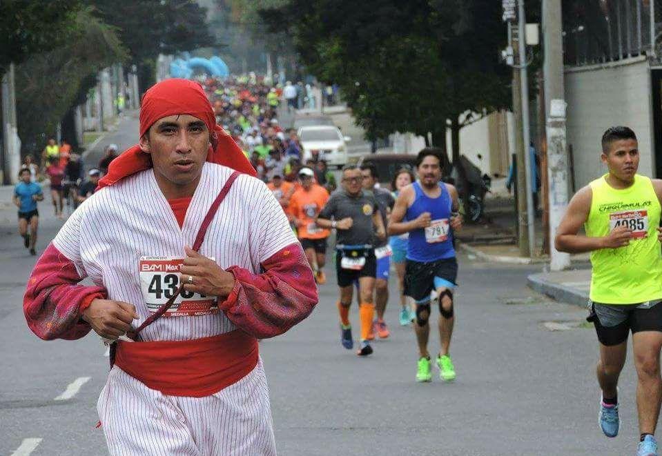 Hermes Vásquez, un atleta que corre con traje regional para dar a conocer su municipio