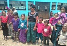 Familiares de los desaparecidos buscan ayuda para recuperar los cadáveres. (Foto Prensa Libre: Mike Castillo)