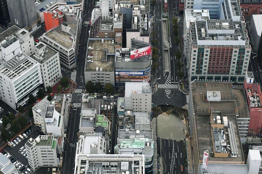 Vista aérea del hundimiento en la ciudad de Fukuoka. (AP)