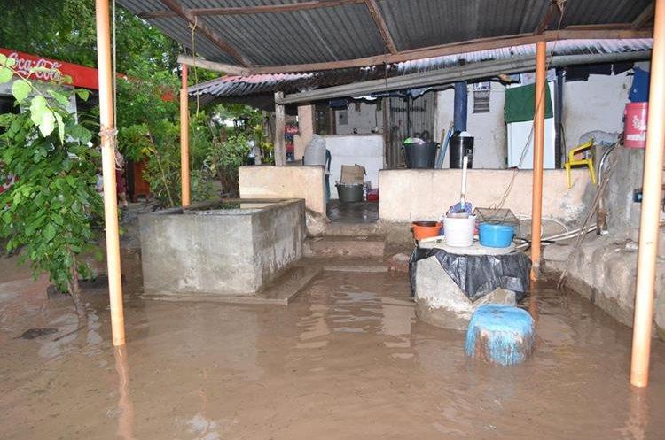 Lluvia causa daños leves en una vivienda de Gualán, Zacapa. (Foto Prensa Libre: Víctor Gómez)