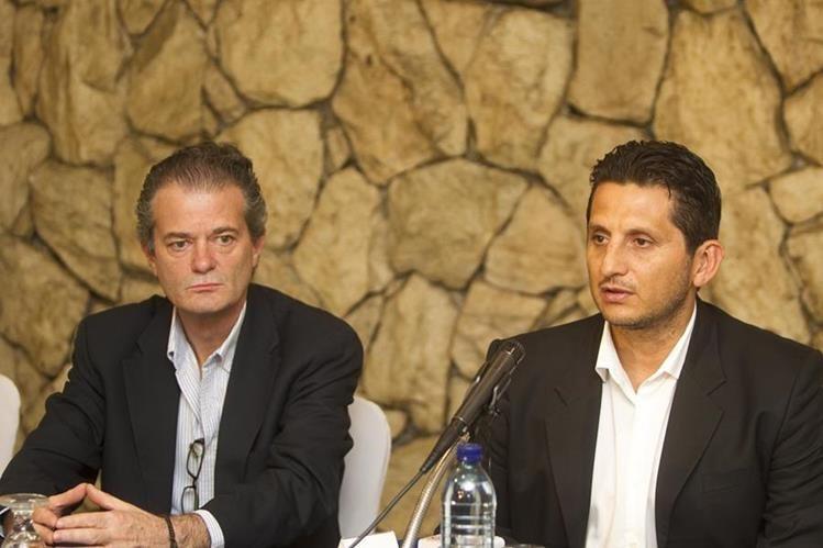 Ronald González (derecha) tiene la dura misión de sacar del naufragio a los cremas. (Foto Prensa Libre: Norvin Mendoza)