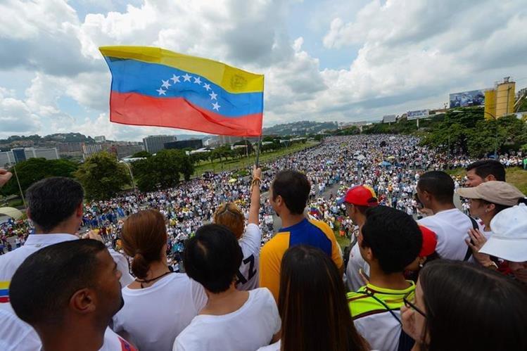 Lilian Tintori ondea una bandera venezolana. (Foto Prensa Libre: AP).