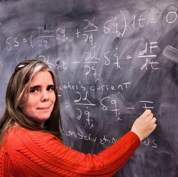 La profesora Sánchez explicándoles el teorema de Noether a sus alumnos en Estados Unidos. MASSIMO MARENGO