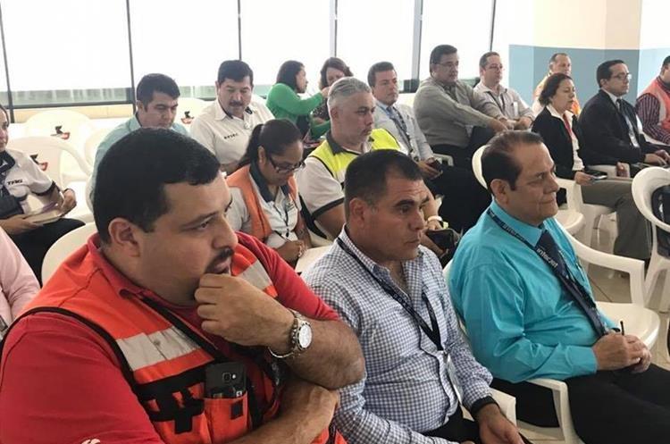 Autoridades de la Dirección General de Aeronáutica Civil en reunión con diferentes directivos de líneas aéreas que operan en el país con relación a las medidas que tomarán luego del terremoto en México de hoy. (Foto Prensa Libre: Cortesía DGAC)