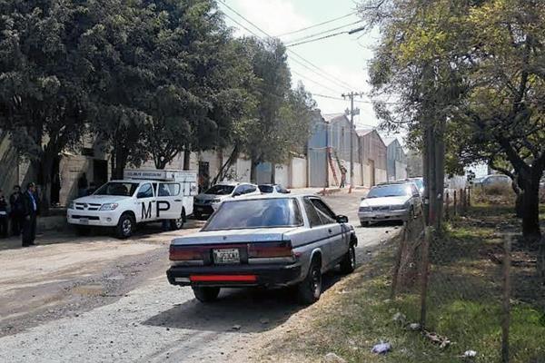 Las víctimas estacionaron su vehículo en una rampa auxiliar luego de los disparos. (Foto Prensa Libre: José Manuel Patzán)