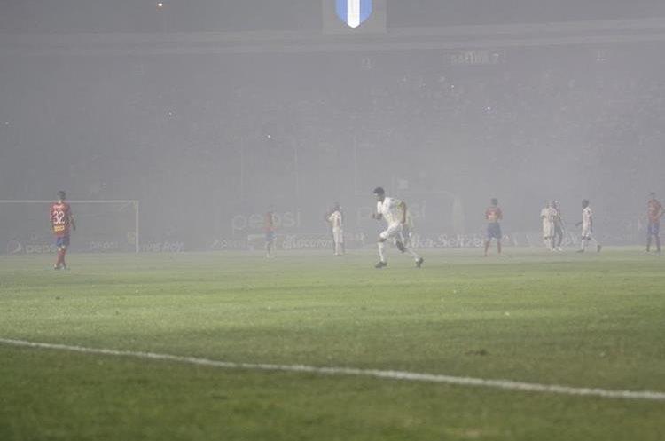 Los juegos pirotécnicos durante el Clásico 299 afectó la visión durante los primeros minutos del partido. (Foto Prensa Libre: Jesús Cuque).