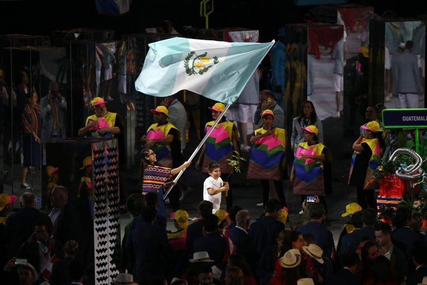 La delegación de deportistas guatemaltecos en su ingreso al estadio Maracana, en Río de Janeiro. (Foto Prensa Libre: COG)