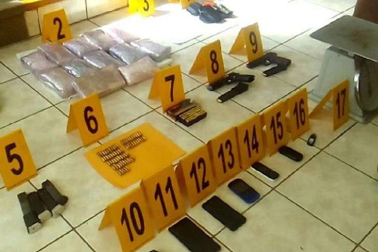 Toda la evidencia que encontró el Ministerio Público en la casa allanada en Mixco. (Foto Prensa Libre: PNC)