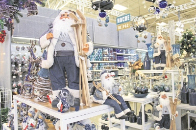varios productos  navideños son puestos a la venta desde  septiembre  en distintos comercios del país.