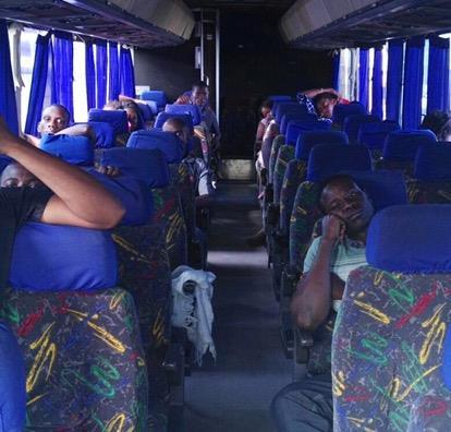 Los 23 ciudadanos de la República del Congo viajan en un autobús en Guatemala, de forma ilegal. (Foto Prensa Libre: Facebook)