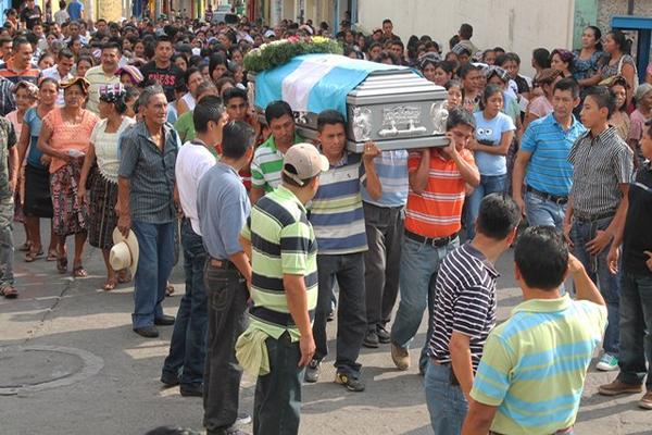 """<p>Los restos del agente fueron llevados al Cementerio General de Samayac. (Foto Prensa Libre: Felipe Guzmán)<br _mce_bogus=""""1""""></p>"""