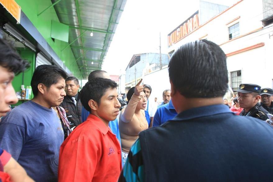 Agresiones e insultos entre vendedores de La Terminal debido a espacio ocupado por nuevos comerciantes. (Foto: Prensa Libre)
