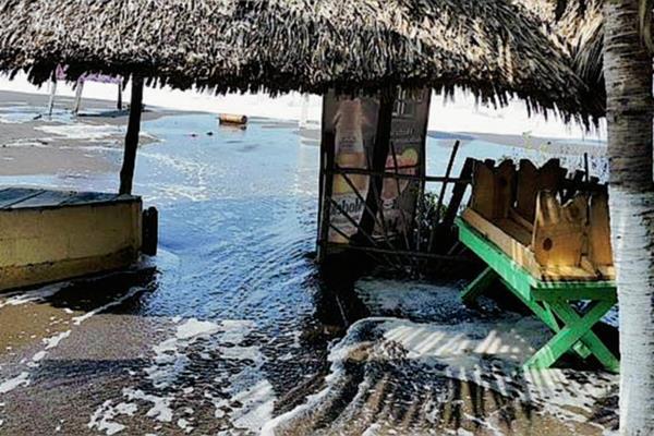 La marea alcanzó algunos comercios ubicados en las playas de Monterrico, Taxisco, Santa Rosa. (Foto Prensa Libre: Conred)