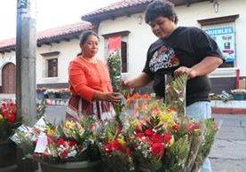 Vecino compra flores para regalar en este Día de la Amistad. (Foto Prensa Libre: Rolando Miranda).