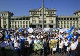 Simpatizantes del Ejército y defensores de derechos humanos manifestaron en la Plaza de la Constitución. (Foto Prensa Libre: Edwin Bercián)