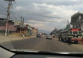 Un carril reversible fue habilitado en Chimaltenango y El Tejar, para evitar caos vial en el retorno de turistas. (Foto Prensa Libre: Antonio Barrios)