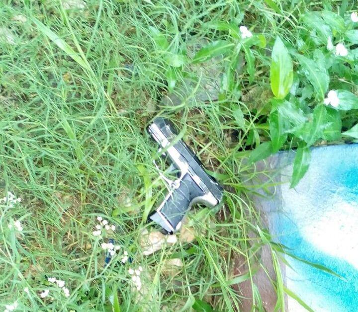 Una arma de fuego y municiones para fusil dentro de lo decomisado en el allanamiento. (Foto Prensa Libre: PNC)