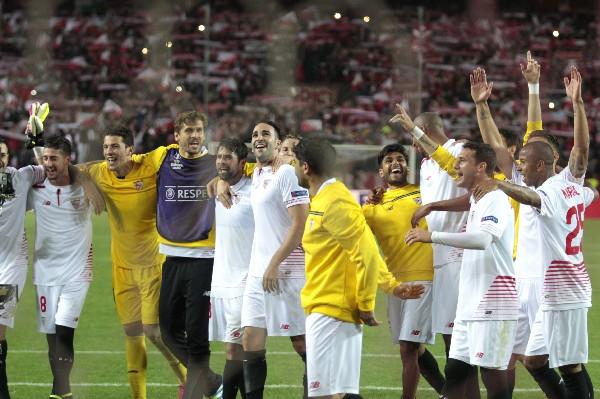 Los jugadores de Sevilla celebraron su boleto a la final, en la búsqueda de revalidar el título. (Foto Prensa Libre: AP)