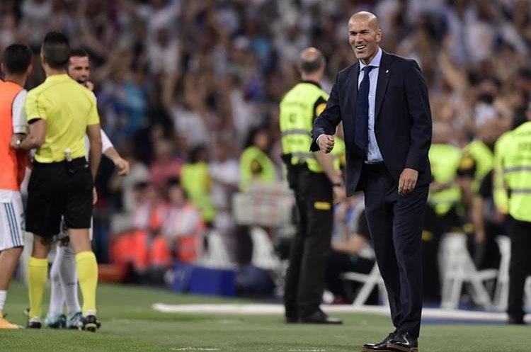 El francés Zinedine Zidane, técnico del Real Madrid, da instrucciones desde su área técnica.