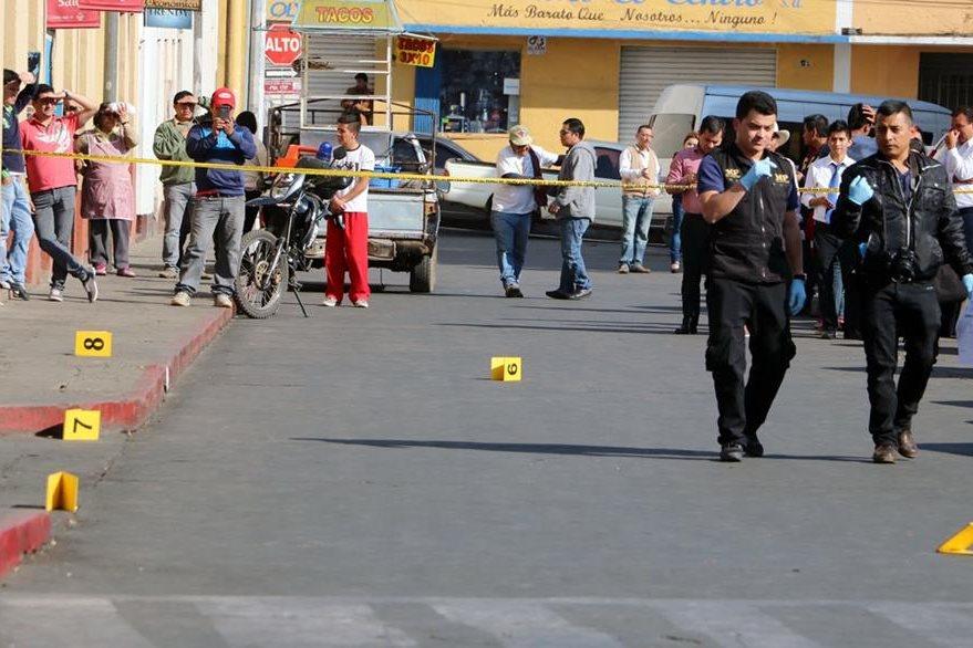 Investigadores recaban evidencias en el área del ataque en el centro de Xela. (Foto Prensa Libre: Caros Ventura).