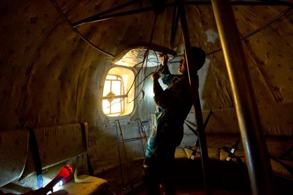 <p>Liu Qyuan muestra el interior de uno de los refugios. (Foto Prensa Libre: AFP)</p>