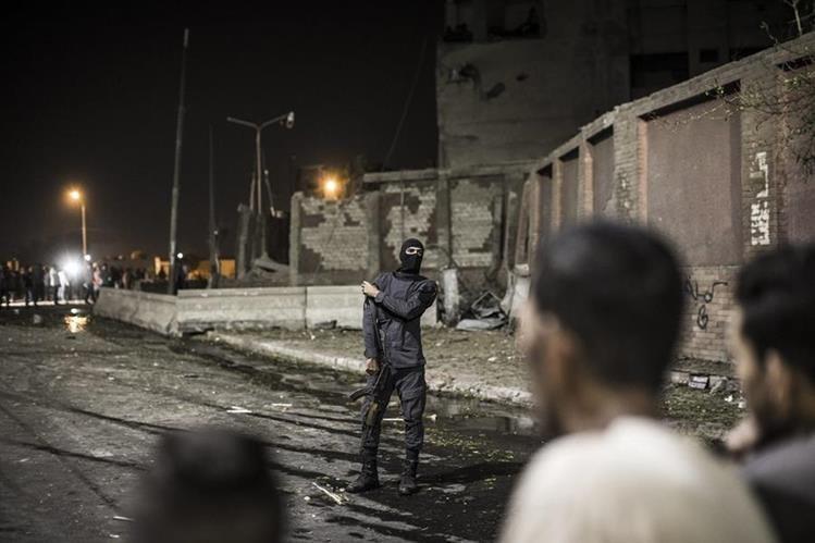 Un policía inspecciona el lugar donde ocurrió un atentao el pasado 20 de agosto que dejó al menos ocho personas heridas. (Foto Prensa Libre: EFE).