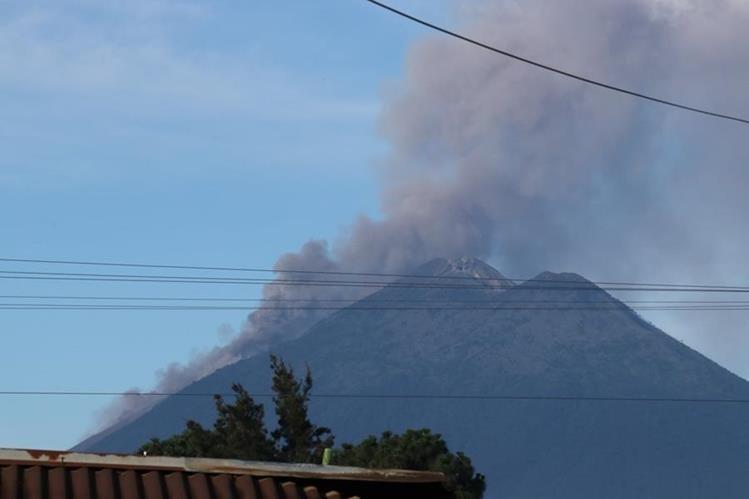El Volcán de Fuego continúa en erupción y lanza ceniza sobre poblados de San Pedro Yepocapa, Chimaltenango. (Foto Prensa Libre: Víctor Chamalé)