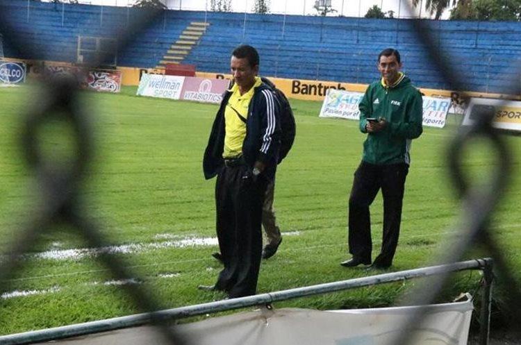 Los árbitros supervisan la gramilla del Carlos Salazar. (Foto Prensa Libre: Cristian Soto)