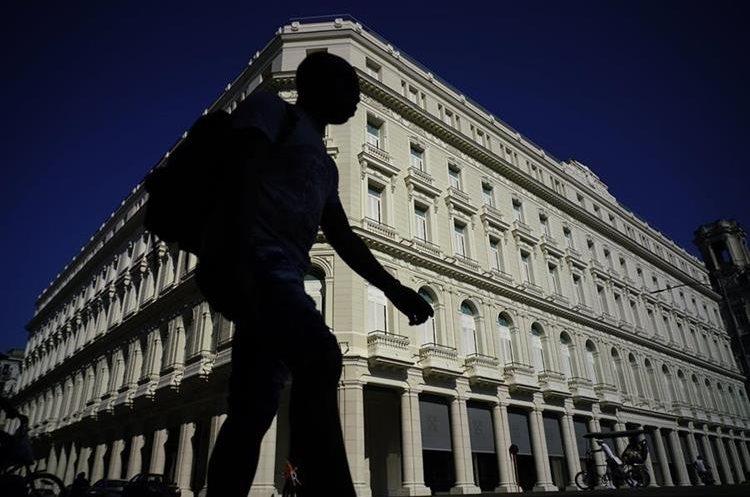 Un hombre transita frente a la Manzana de Gomez Kempinski hotel en La Habana, Cuba. (Foto Prensa Libre: AP)