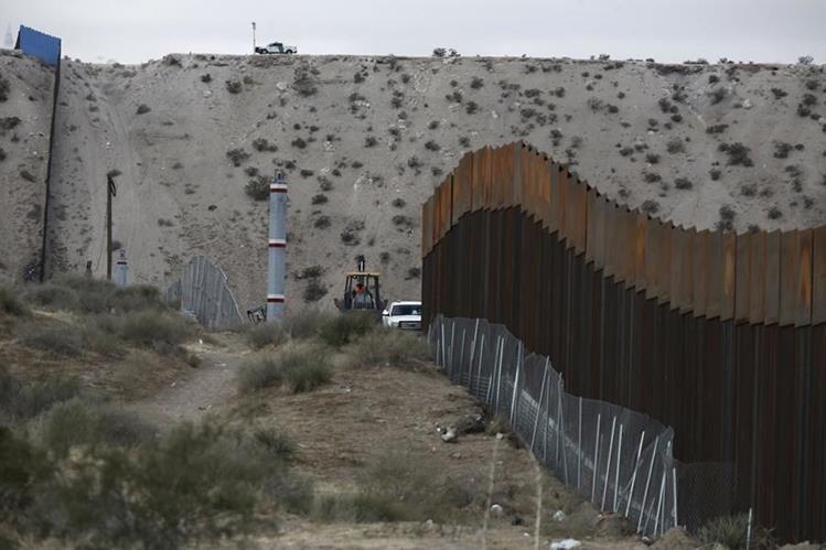 Las autoridades de Estados Unidos reparan con frecuencia la valla en la frontera con México dañada por el paso de migrantes. (Foto Prensa Libre:AP)