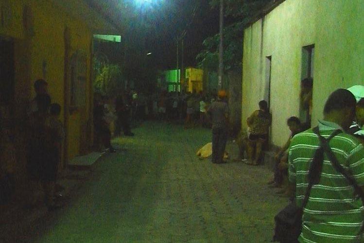 Los homicidas huyeron por callejones del vecindario, en Zacapa. (Foto Prensa Libre: Víctor Gómez)
