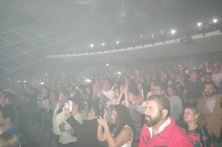 Sus seguidores abarrotaron el Teatro Morelos.Foto Prensa Libre: Keneth Cruz.