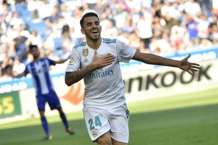 Dani Ceballos celebró con mucha alegría y respeto al escudo del Real Madrid. (Foto Prensa Libre: AP)