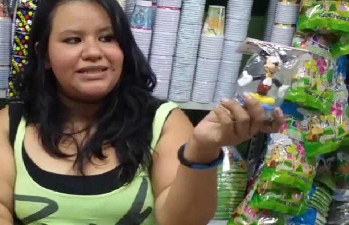 Wendy Velásquez de Piñatas Los Ángeles, sostiene una vela para pastel con forma de Micky Mouse. (Foto Prensa Libre: Pablo Juárez Andrino)