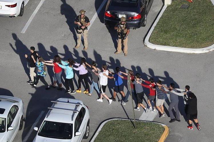 Estudiantes son evacuados momentos después de la balacera en un plantel de Parkland, Florida. (Foto Prensa Libre: AFP)