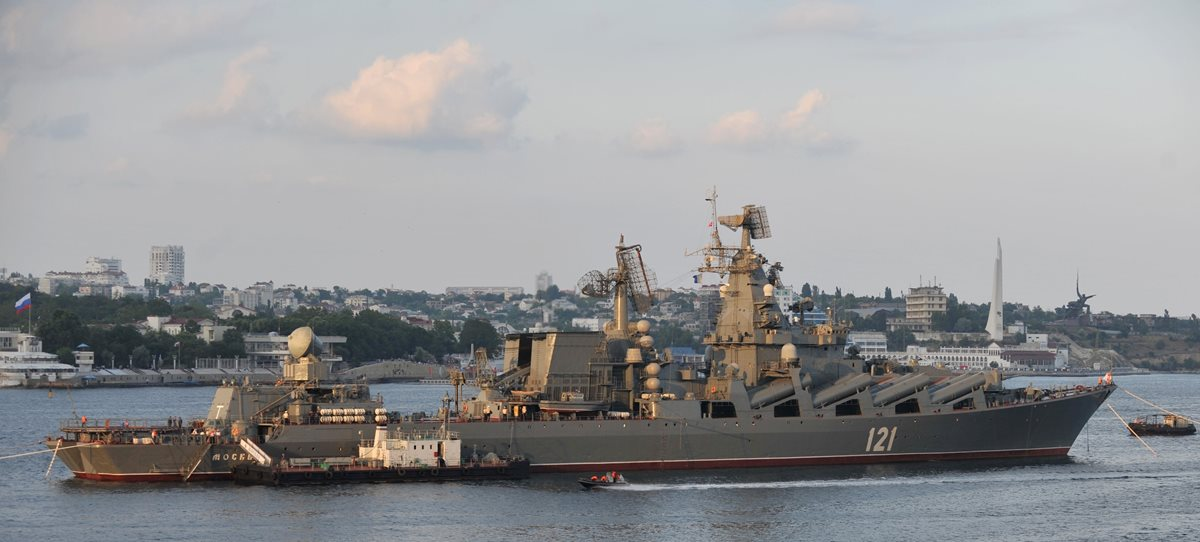 Un buque que transporta misiles fue captado en esta imagen del 2011. Equipo similar será desplegado en el Mediterráneo según Rusia. (Foto Prensa Libre: AFP).