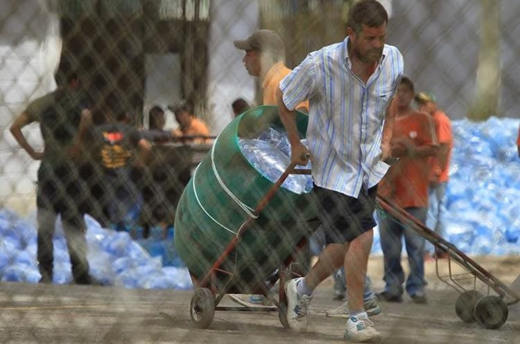 Sistema Penitenciario trabaja para restablecer el servicio de agua en el lugar. (Foto Prensa Libre: Esbin García)