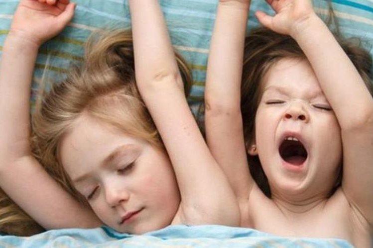 Dormir tanto menos como más de lo recomendado puede tener repercusiones en la salud mental, física y emocional de los niños. (THINKSTOCK)