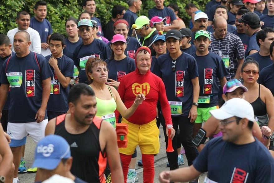 Algunos corredores entusiastas optaron por correr disfrazados (Foto Prensa Libre: Erick Ávila)  .