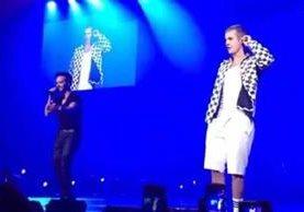 """Luis Fonsi sube al escenario para interpretar junto a Justin Bieber el tema """"Despacito"""", en el concierto que ofreció el canadiense en Puerto Rico."""