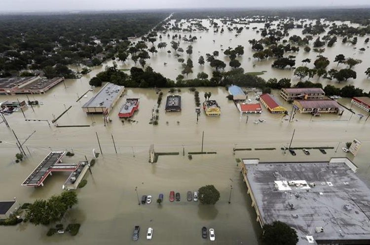 El agua del embalse de Addicks Reservoir inundó los barrios de Houston,Texas.(AP)