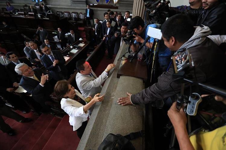 La diputada Nineth Montenegro recibió la Naranja y el congresista Raúl Romero una mención honorifica por parte de los periodistas. (Foto Prensa Libre: Carlos Hernández)