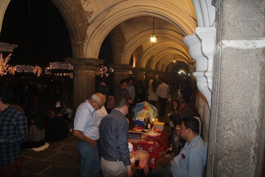 Vecinos de la ciudad colonial critican el desorden que generan las actividades en la Calle del Arco. (Foto Prensa Libre: Miguel López)