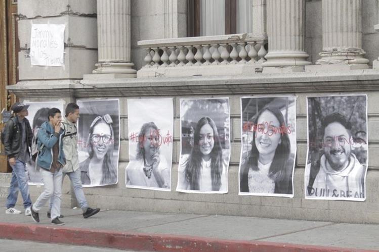 Colocan fotografías con rostros de guatemaltecos en las paredes del Congreso de la República. (Foto Prensa Libre: Cortesía)