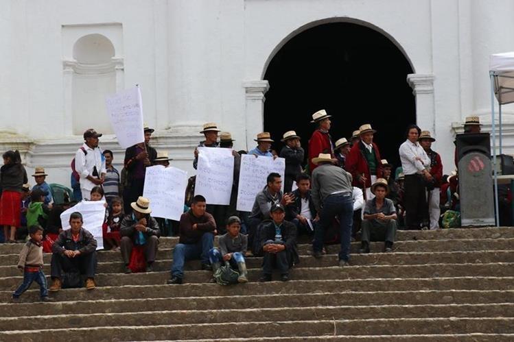 Algunos de los pobladores que participaron en la asamblea en Chajul. (Foto Prensa Libre: Héctor Cordero).