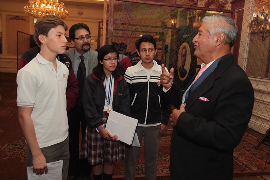 José Esteban Lepe, comparte con alumnos ganadores en la Olimpiada Nacional de Ciencias, durante la Convivencia por el Futuro de Guatemala.  (Foto Prensa Libre: Edwin Castro)